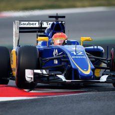 Felipe Nasr subiéndose a los pianos del Circuit de Catalunya