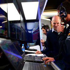 Adrian Newey conversando con el ingeniero de Daniel Ricciardo