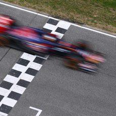Carlos Sainz cruza la línea de meta