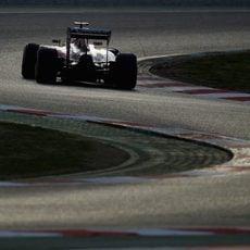Kimi Räikkönen afronta una de las curvas del trazado del Circuit de Barcelona Catalunya