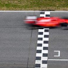 Kimi Räikkönen cruza la línea de meta