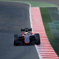 Jenson Button se acerca a los bordillos del trazado