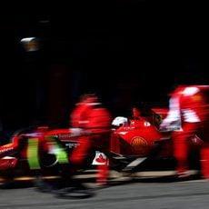 Sebastian Vettel llega por la calle de boxes