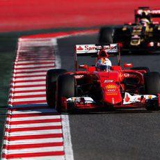 Sebastian Vettel rueda por delante de Maldonado