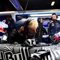 Daniel Ricciardo recibe instrucciones de su equipo