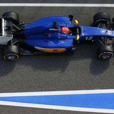 Marcus Ericsson rueda por la calle de boxes