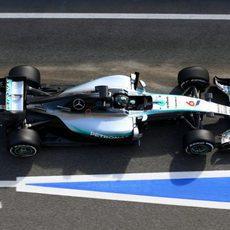 Nico Rosberg rueda por la calle de boxes