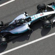 Nico Rosberg sale de su box con neumáticos medios