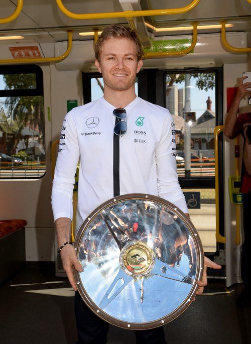 Nico Rosberg muestra el trofeo al ganador