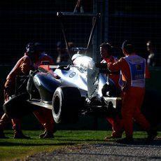 La grúa retira el coche de Kevin Magnussen