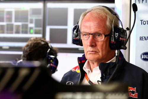 Helmut Marko, atento en el box de Red Bull
