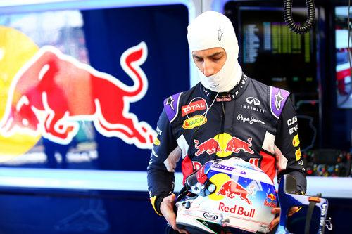 Daniel Ricciardo se dispone a subirse al coche