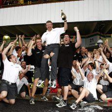 El equipo Brawn celebra el doblete