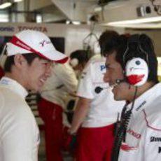 Kobayashi bromea con su ingeniero
