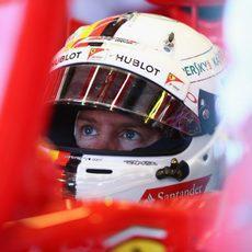 Sebastian Vettel mira atento la pantalla desde el SF15-T