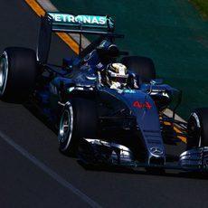 Lewis Hamilton acabó a una décima de su compañero