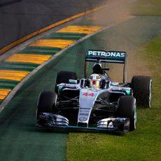 Lewis Hamilton se sale de pista en Melbourne