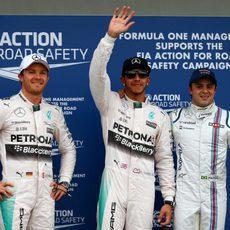 Lewis Hamilton saluda junto a Nico Rosberg y Felipe Massa