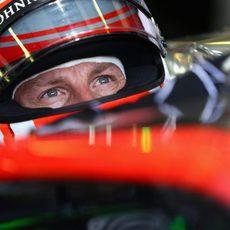 Jenson Button observa atento la acción en pista