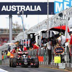 Romain Grosjean sale de boxes y se dirige de nuevo a pista