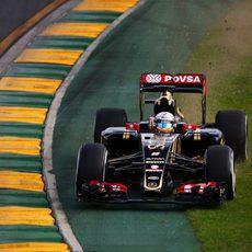 Pastor Maldonado por la zona externa de la pista