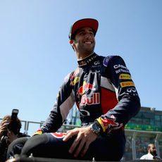 Daniel Ricciardo sonríe ante su público