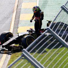 Abandono de Pastor Maldonado tras la primera curva