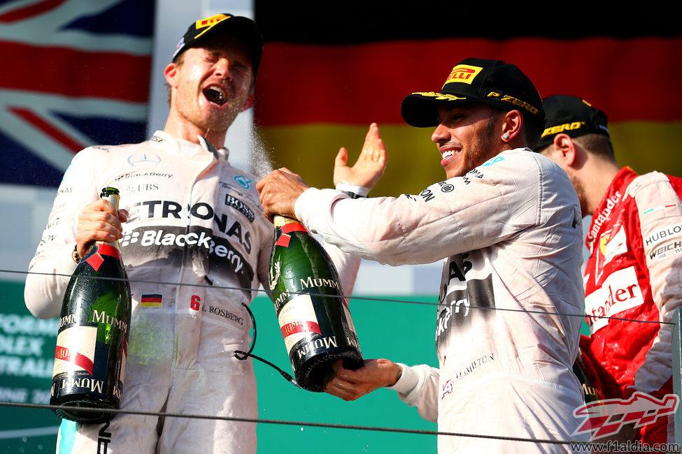 Alegría compartida de Nico Rosberg y Lewis Hamilton