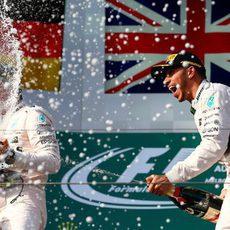 Baño de champán entre Nico Rosberg y Lewis Hamilton