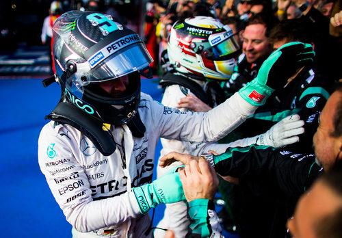 Nico Rosberg y Lewis Hamilton celebran con el equipo el doblete
