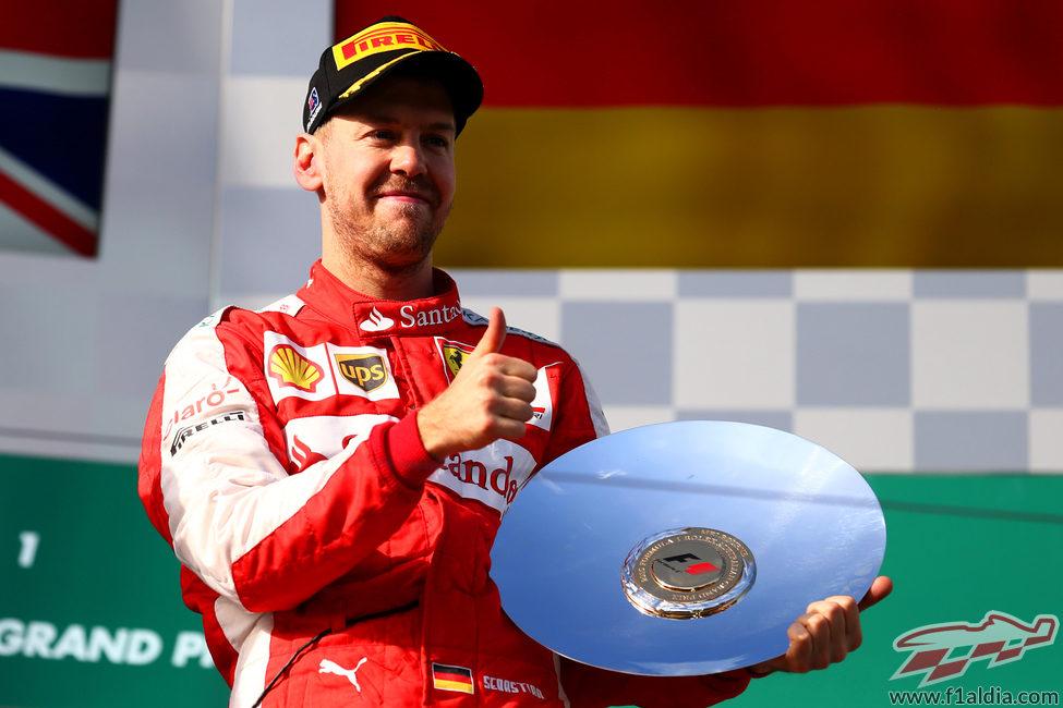 Sebastian Vettel, contento con su trofeo