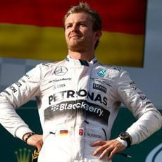 Nico Rosberg posa en el segundo escalón del podio