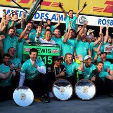 El equipo Mercedes celebra el doblete en Australia