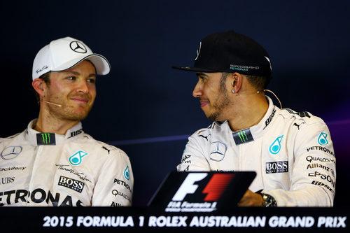 Lewis Hamilton y Nico Rosberg sonríen tras el GP de Australia