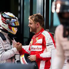 Lewis Hamilton y Sebastian Vettel se felicitan mutuamente