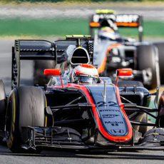 Jenson Button y Sergio Pérez luchando por entrar en los puntos