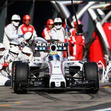 Felipe Massa sale de su primer 'pit-stop'