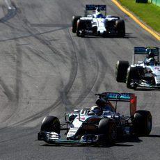 Felipe Massa a rebufo de los Mercedes