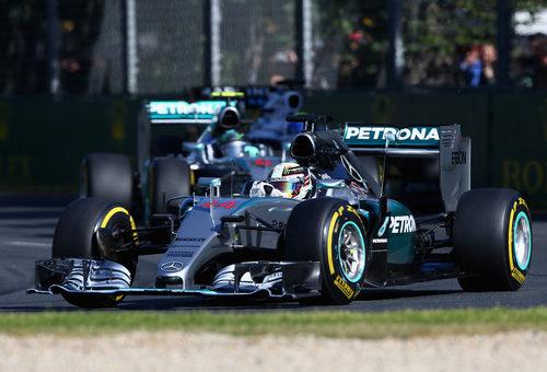 Lewis Hamilton rueda por delante de Rosberg