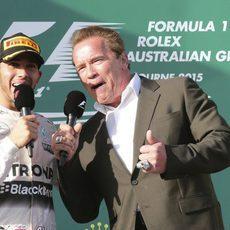 Lewis Hamilton con el Arnold Schwarzenegger