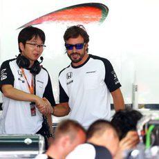 Fernando Alonso saluda a un compañero de McLaren