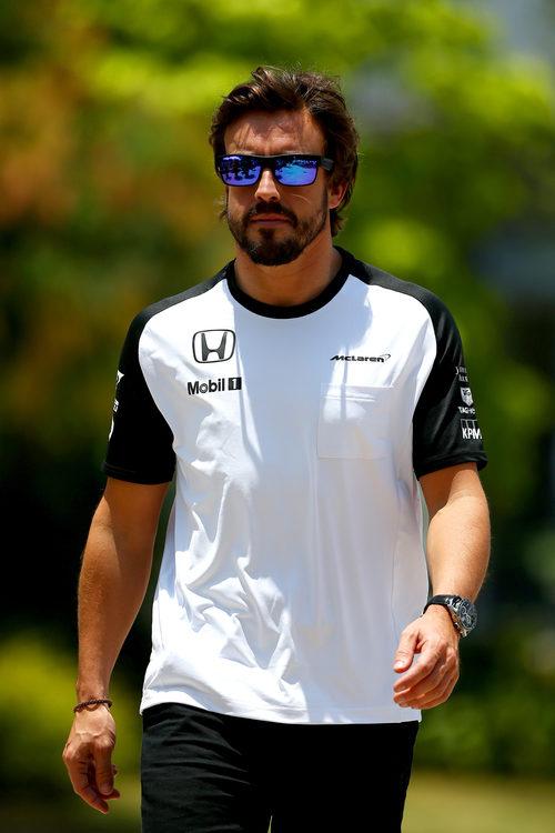 Fernando Alonso, de vuelta en el paddock