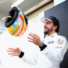 Fernando Alonso juega con su casco
