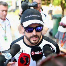 Fernando Alonso atiende a la prensa después de rodar en la pista