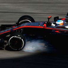 Fernando Alonso bloqueando sus neumáticos