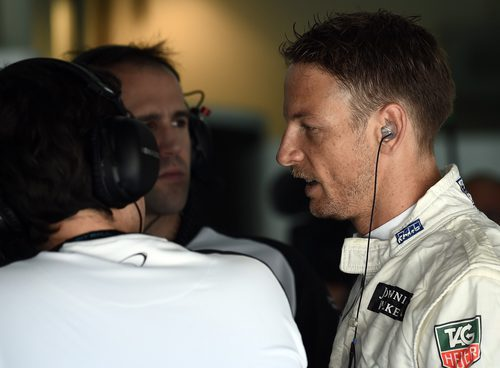 Jenson Button hablando con sus ingenieros