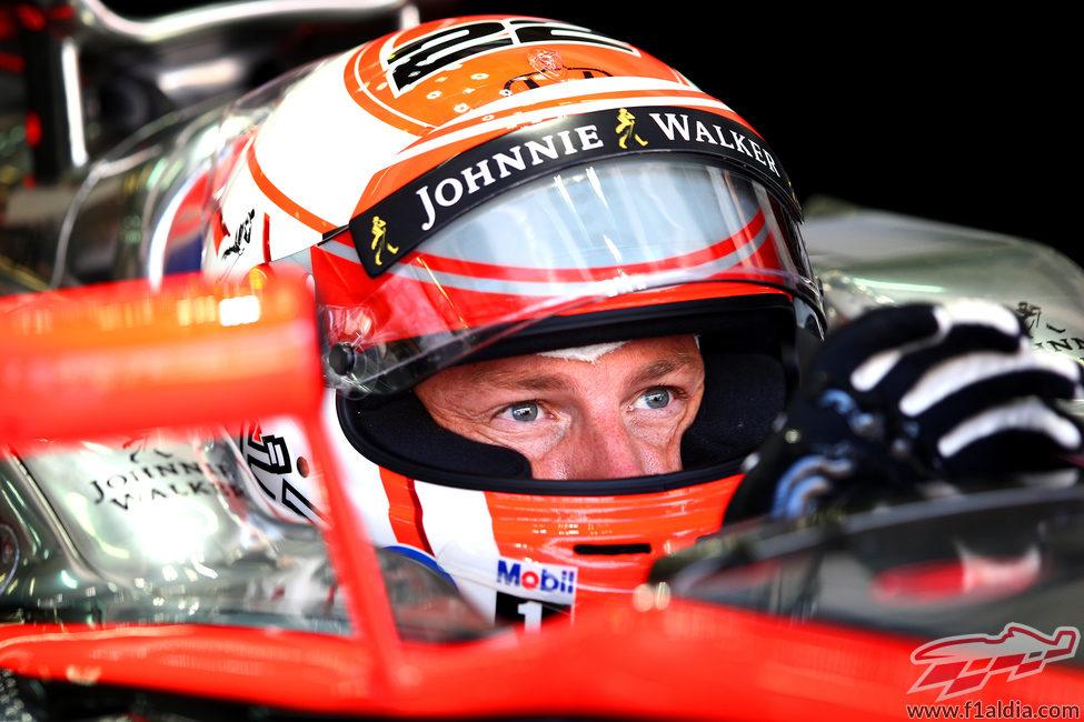 Jenson Button concentrado antes de salir a rodar