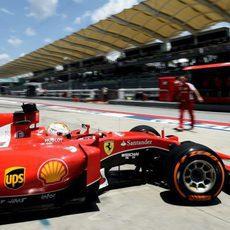 Sebastian Vettel sale de boxes con el SF15T