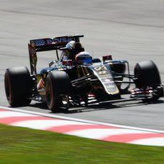 Romain Grosjean trata de sumar kilómetros en pista