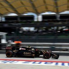 Pastor Maldonado pasa por boxes en Sepang
